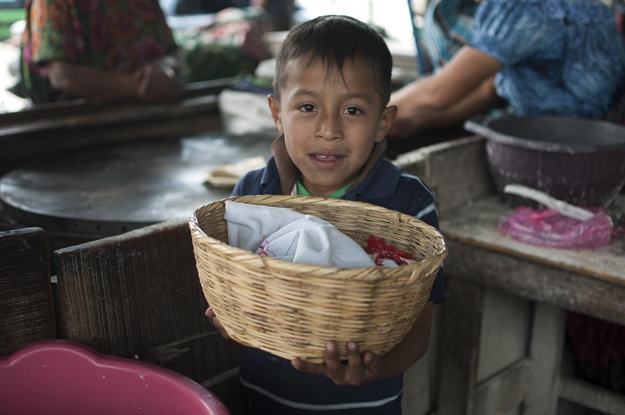 Hacer mandados y repartir las tortillas, que hace y vende su mamá, son sus otras tareas luego de salir de la escuela.