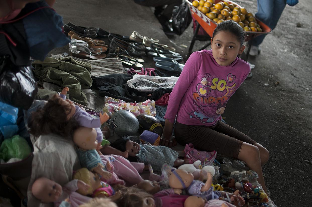 Luego de estudiar ayuda a su mamá a vender juguetes usados.