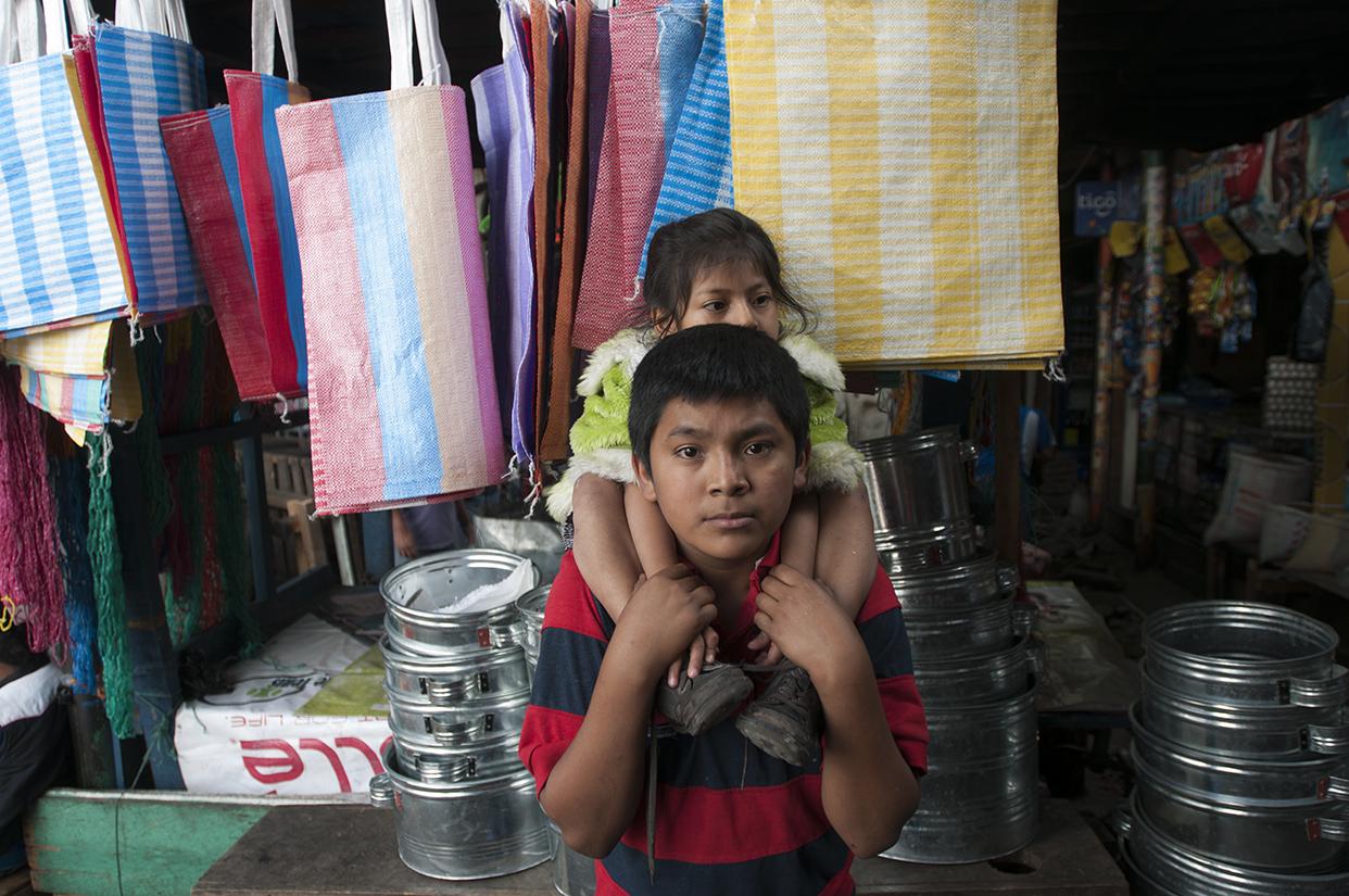 Los niños de La Terminal se convierten en adultos con rapidez. No por algún acelerado crecimiento biológico, sino por las tempranas responsabilidades. Él vende y cuida a su hermana.