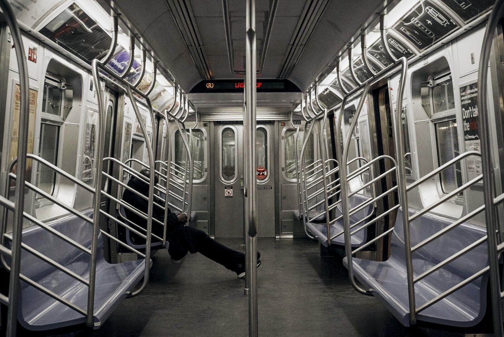 Un solitario pasajero, única presencia en todo un vagón, en la parada del tren R, Forest Hills 71Av. Eduardo Say