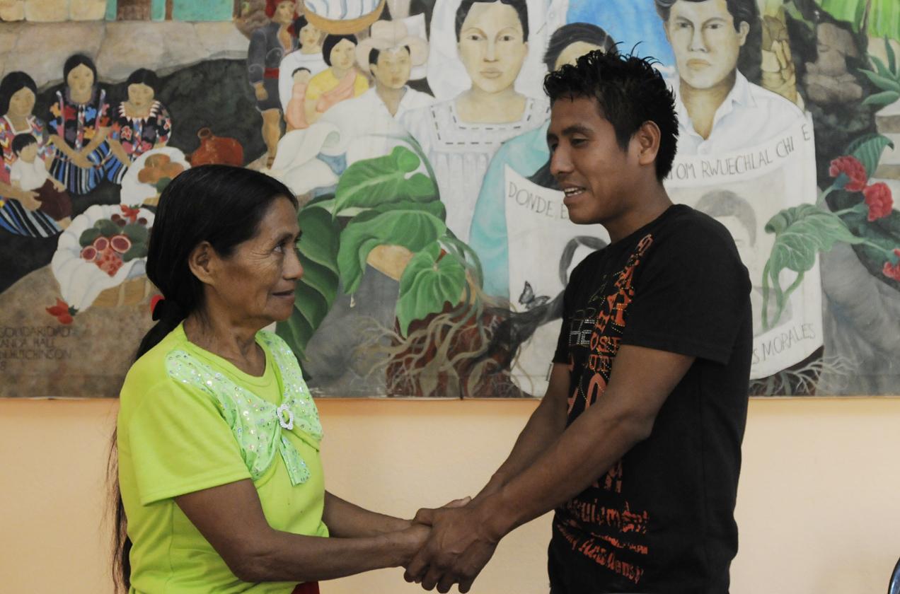 Luego de varios años, su hijo fue localizado en México. Se reencontraron gracias al programa de Famdegua que busca a los niños perdidos durante la guerra.