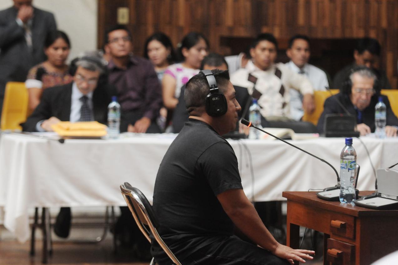 A Jacinto Lucamac González, un oficial del ejército le cambió el nombre, lo llevó a un orfanato y falsificó sus papeles. Eso contó durante el juicio por genocidio contra Ríos Montt.