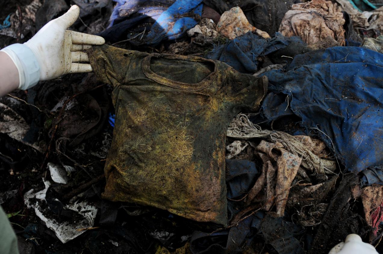 La camisa de un niño encontrado en una de las exhumaciones que ha realizado la Fundación de Antropología Forense de Guatemala (FAFG).
