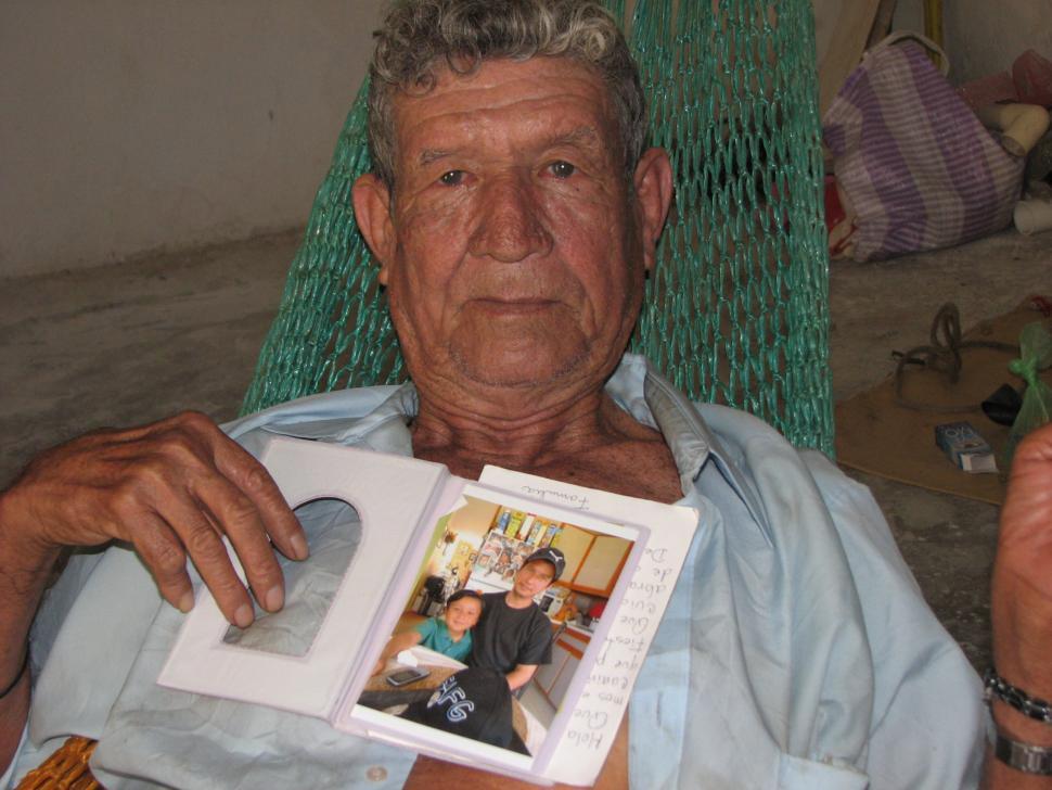 Tranquilino Castañeda sostiene la foto de su hijo, que el ejército se llevó de Dos Erres cuando apenas tenía tres años.