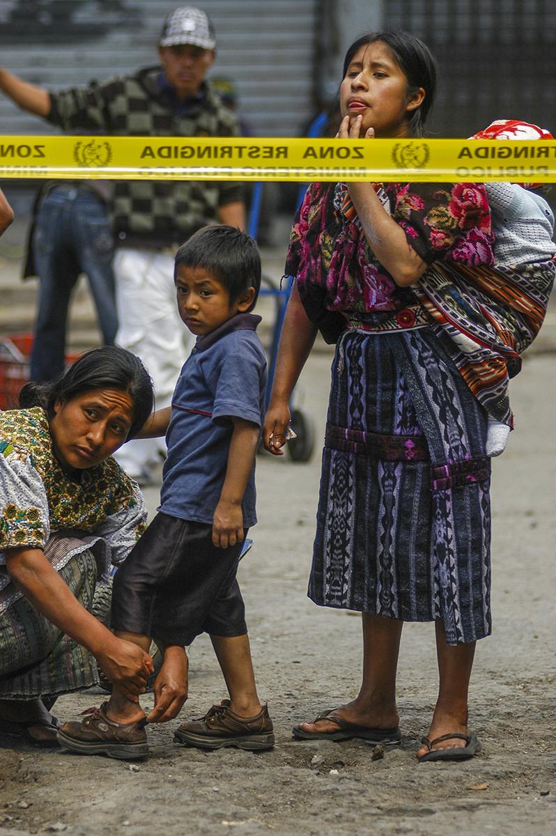 """Los niños llegan acompañados por sus padres a """"ver un muerto"""""""