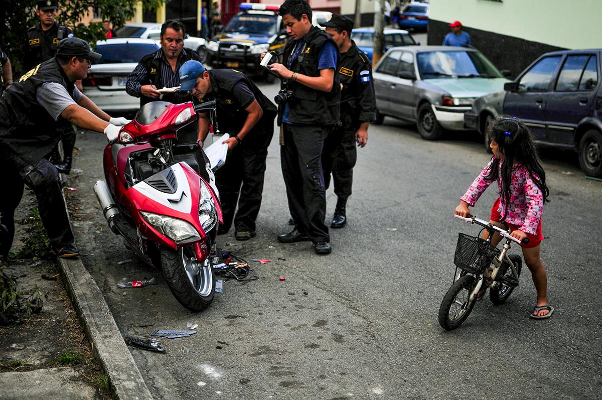 Una niña observa un operativo en una escena de crimen