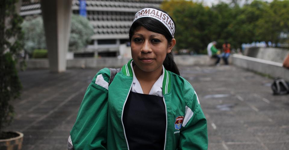 """Una estudiante en la Universidad de San Carlos. """"Los normalistas jamás serán vencidos"""", era el lema de los estudiantes que se oponían a la reforma."""