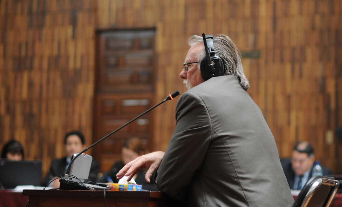 Alfred Kaltschmitt brinda su declaración ante el tribunal.