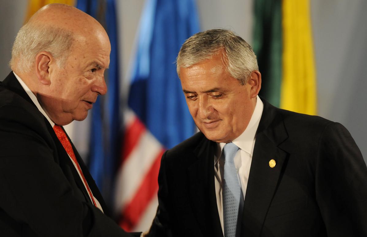 Miguel Inzulsa, Secretario General de la OEA, conversa con el presidente Otto Pérez Molina.