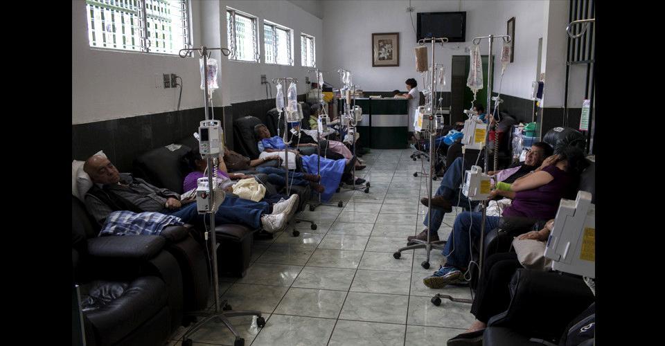 Pacientes reciben terapia en la sala de hematología del IGSS