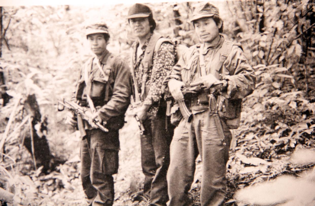 De izquierda a derecha: Capitán Olvierio, Primer Teniente Héctor, Primer Capitán Jeremías, con fusiles AK-47 culata plegable. Volcán de Agua. Septiembre de 1991.