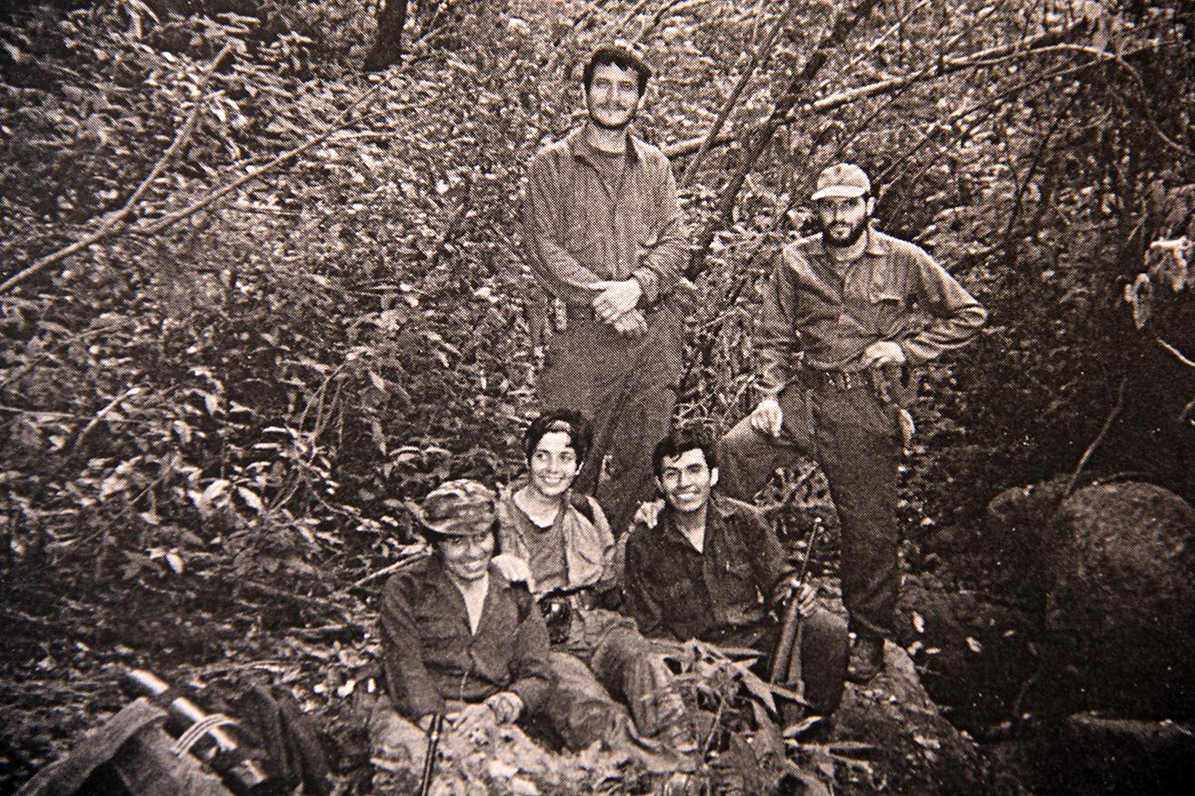 Sentados, de izquierda a derecha, primer capitán Hernán, primer teniente Ana, primer teniente Ishvet (Roberto). Parados, comandante Pancho y primer teniente Santiago. Diciembre de 1989.