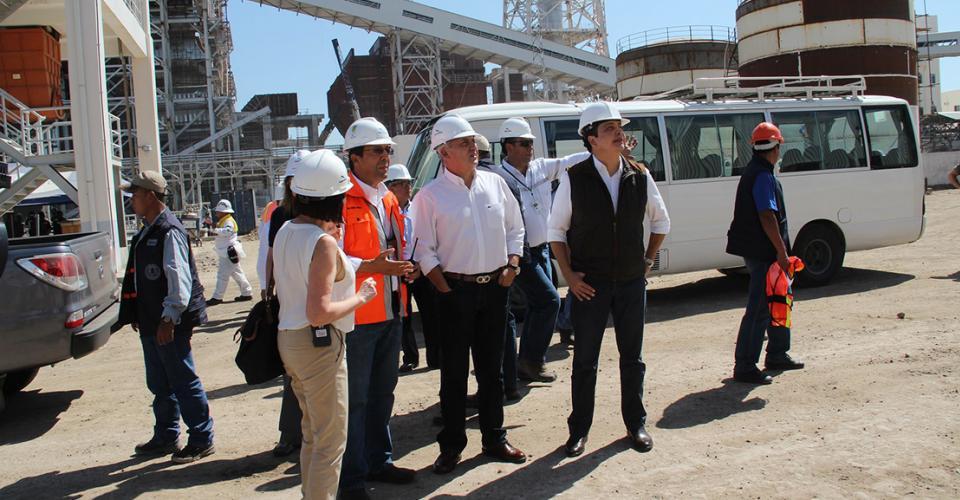El presidente Otto Pérez Molina y el entonces ministro de Energía y Minas, Erick Archila, durante una visita en la plata de Jaguar Energy.