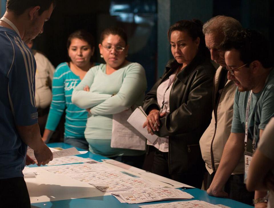 A las 18:00 horas los centros de votación cerraron sus puertas. Los integrantes de la mesa de votación iniciaron el conteo de votos inmediatamente. [Gerardo Del Valle]
