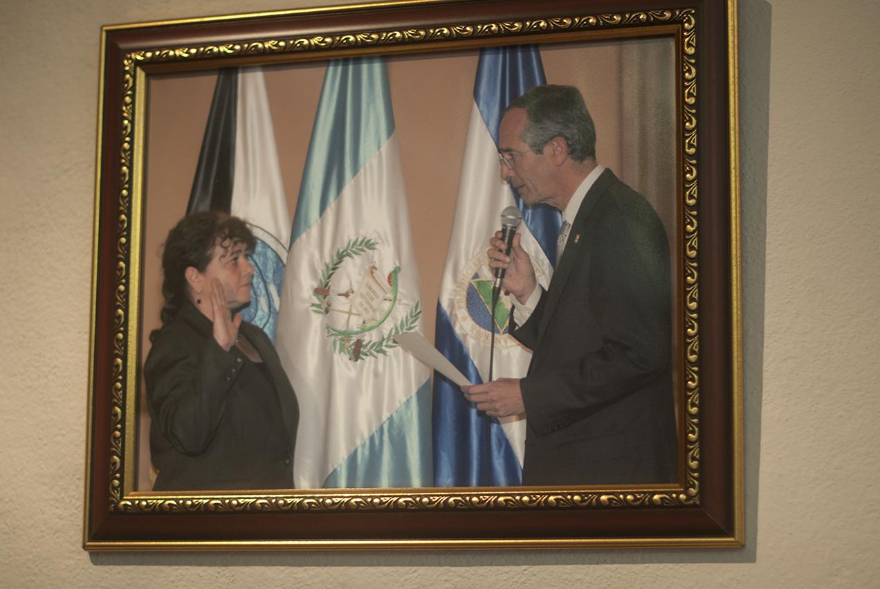 El entonces presidente Álvaro Colom juramentó a Paz y Paz el 9 de diciembre de 2009.