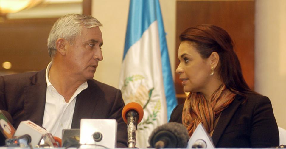 Otto Pérez y Roxana Baldetti antes de su primera conferencia como binomio electo.
