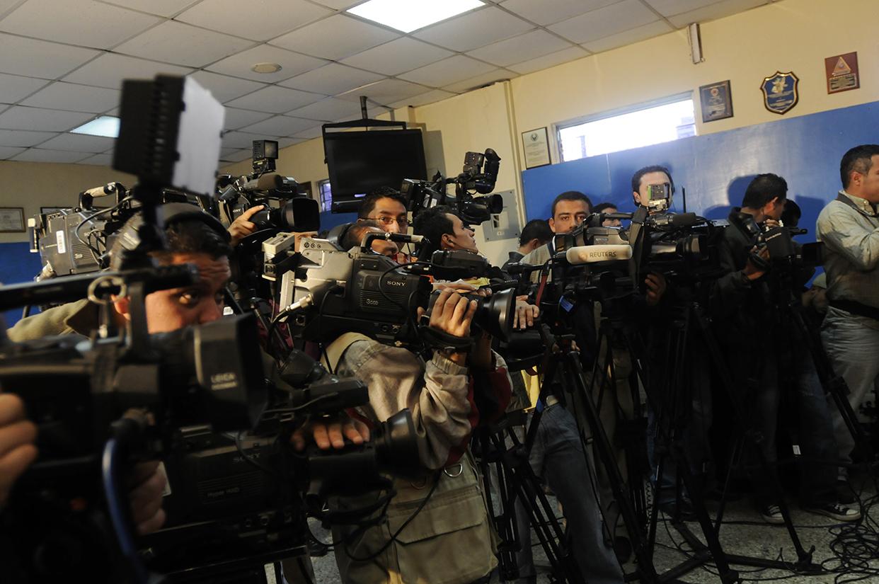 Periodistas de diferentes medios en plena cobertura.
