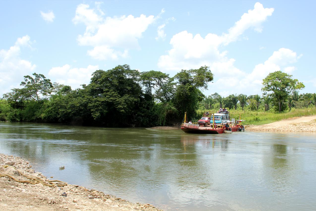 Un ferry privado cruza el río La Pasión para comunicar Raxruhá hacia Santa Isabel, una comunidad rodeada por monocultivo.