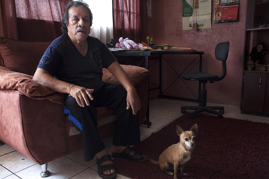 Lester Ovidio López Salazar, alcalde en funciones, atiende a la población desde su oficina improvisada en la sala de su casa.