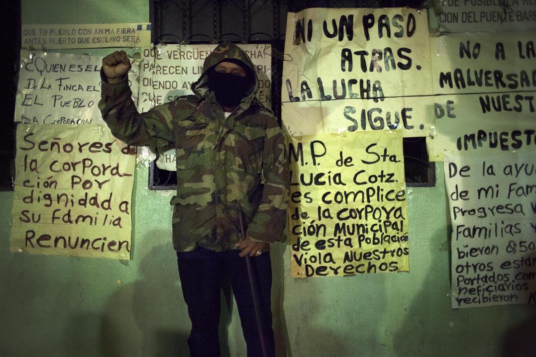 Integrante del grupo de seguridad ciudadana frente a la Municipalidad.