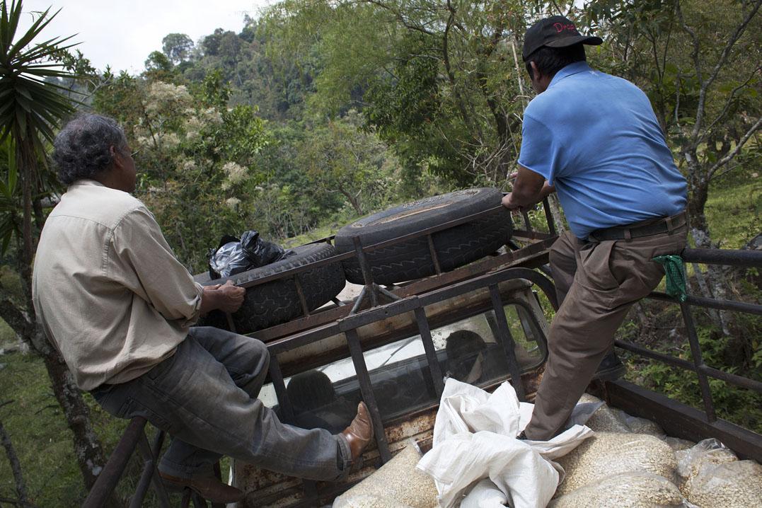 Empleados municipales salen en picop' desde la finca para entregar víveres a la población de las aldeas.