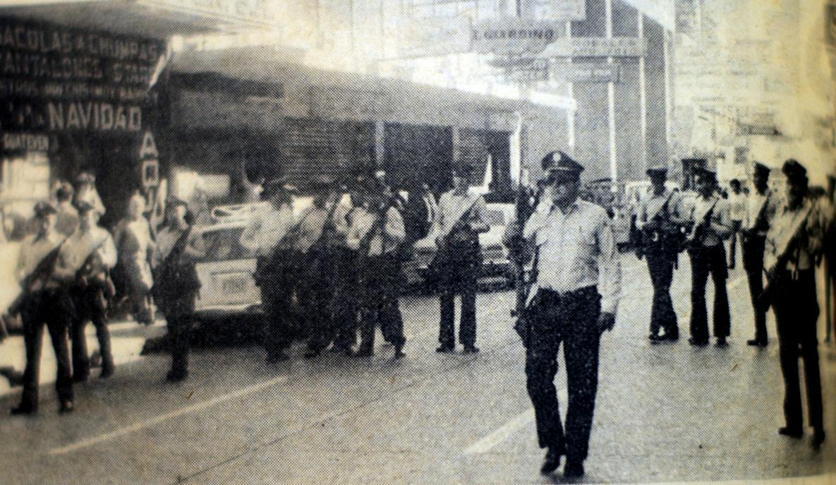 Elementos de la Policía Nacional patrullando en la Sexta Avenida de la zona 1.