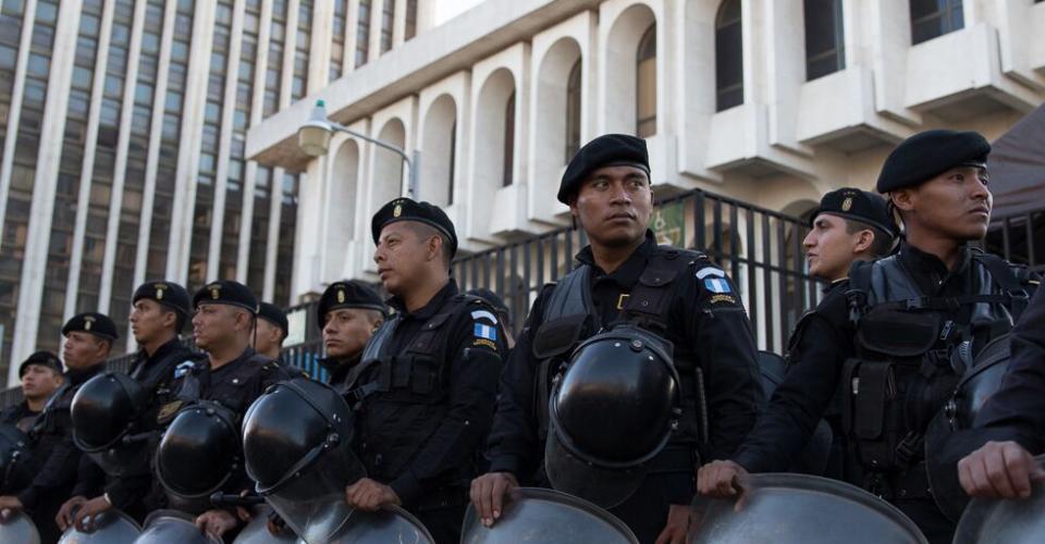 Elementos de las Fuerzas Especiales de la Policía Nacional Civil (PNC) custodian las afueras de la Torre de Tribunales, donde en un principio iba ser trasladada Roxana Baldetti.