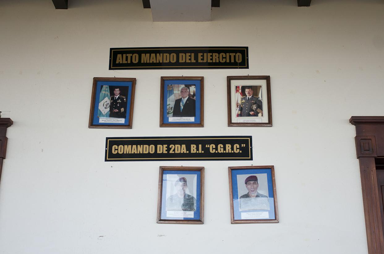En una de las casas de Mario Ponce fueron colocadas las fotografías del alto mando del ejército. El inmueble es una especie de cuartel donde permanecen los elementos castrenses.