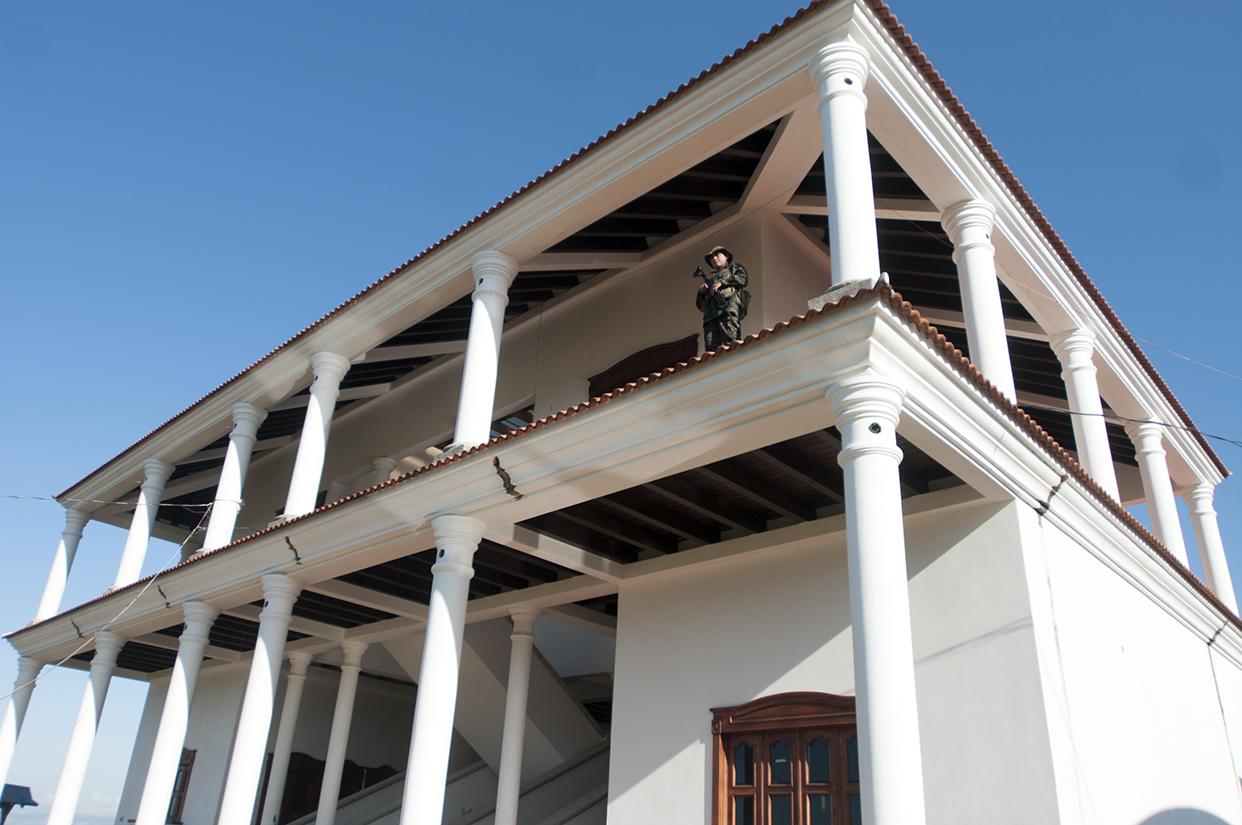 Un soldado custodia lo que antes fue la casa de los caballos de Mario Ponce. Ponce perteneció a la estructura familiar de los Lorenzana durante más de una década.
