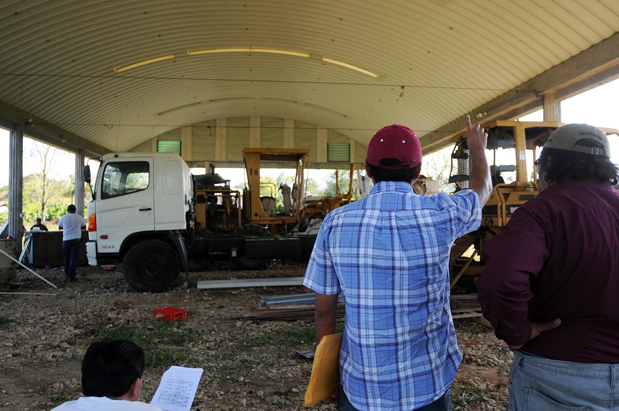 Uno de los postores ofrece el monto que los representantes del Senabed proponen para la venta de uno de los tractores.