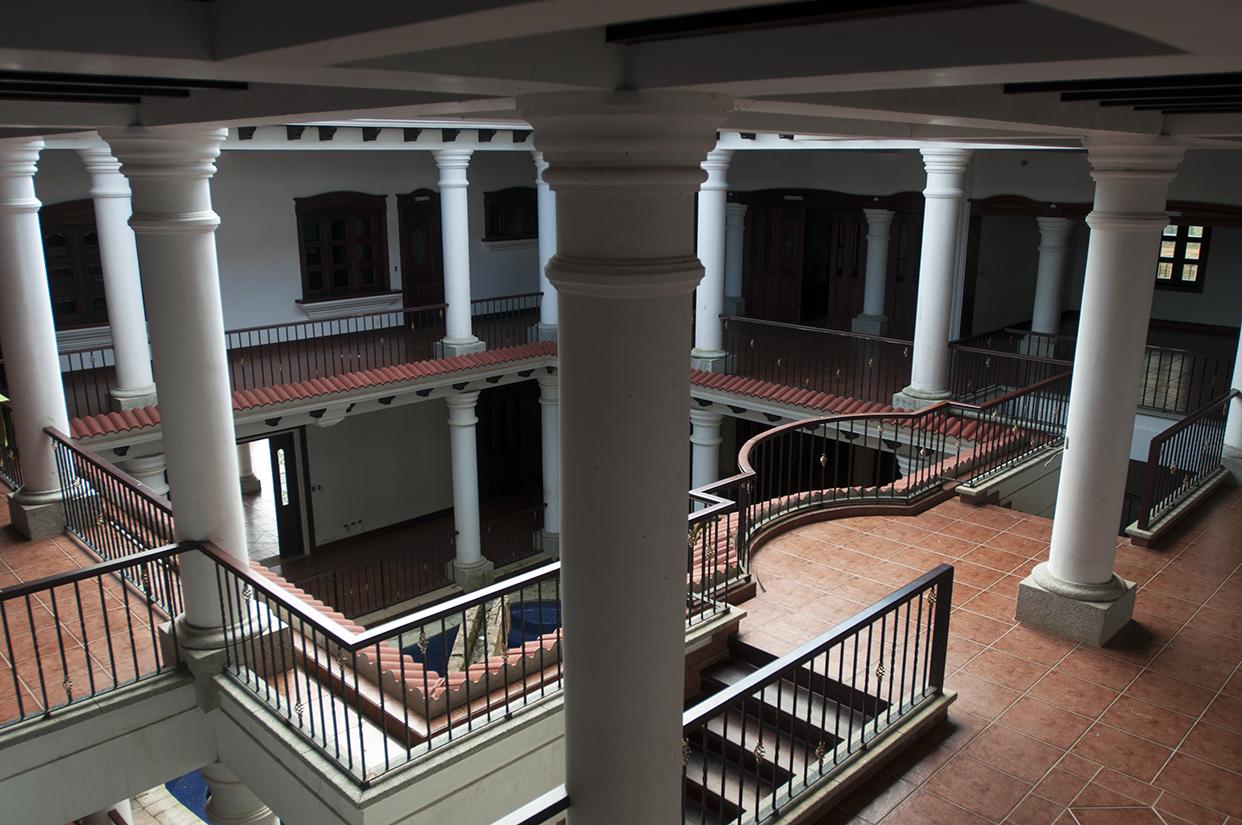 La mansión es de tres niveles. Muchas habitaciones y una piscina en el interior.