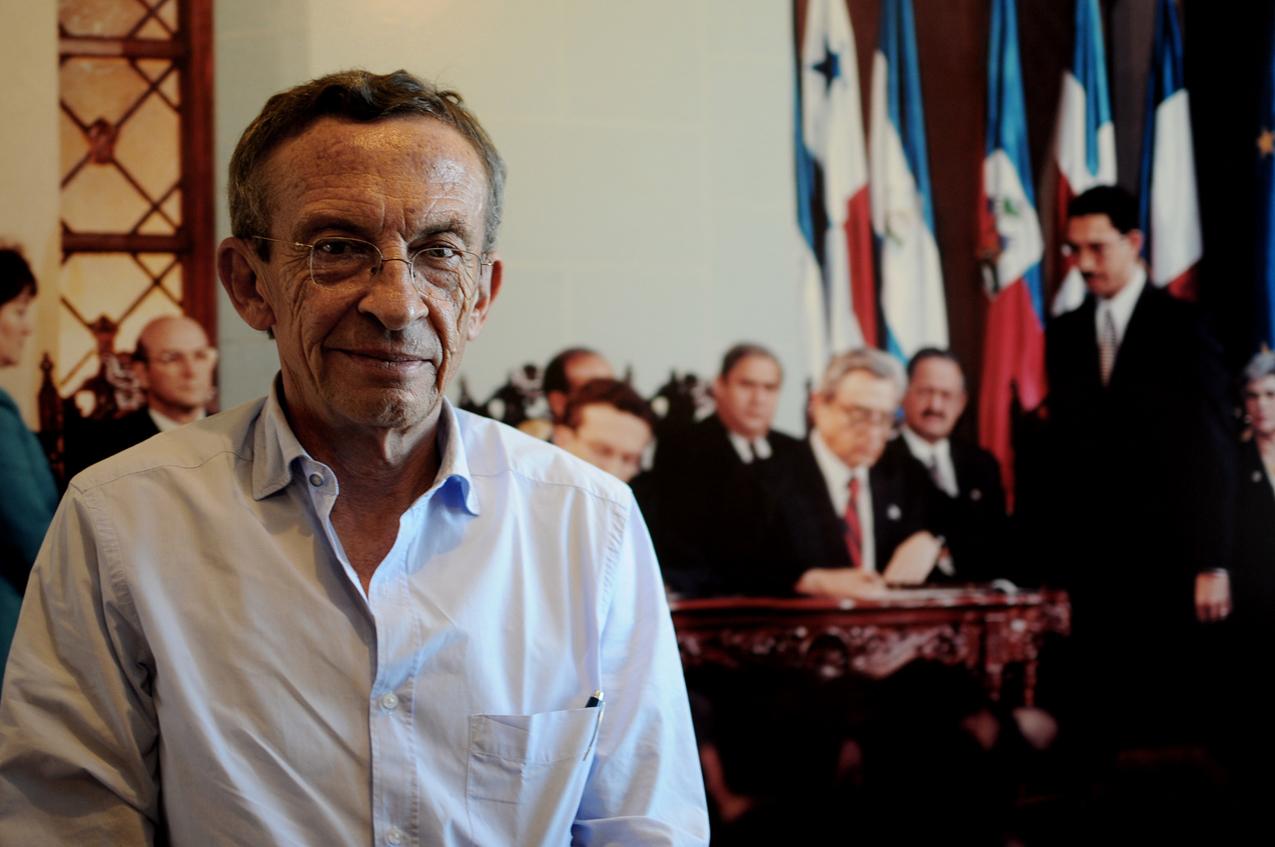 Gustavo Porras Castejón ante la imagen de la firma de los acuerdos de paz.