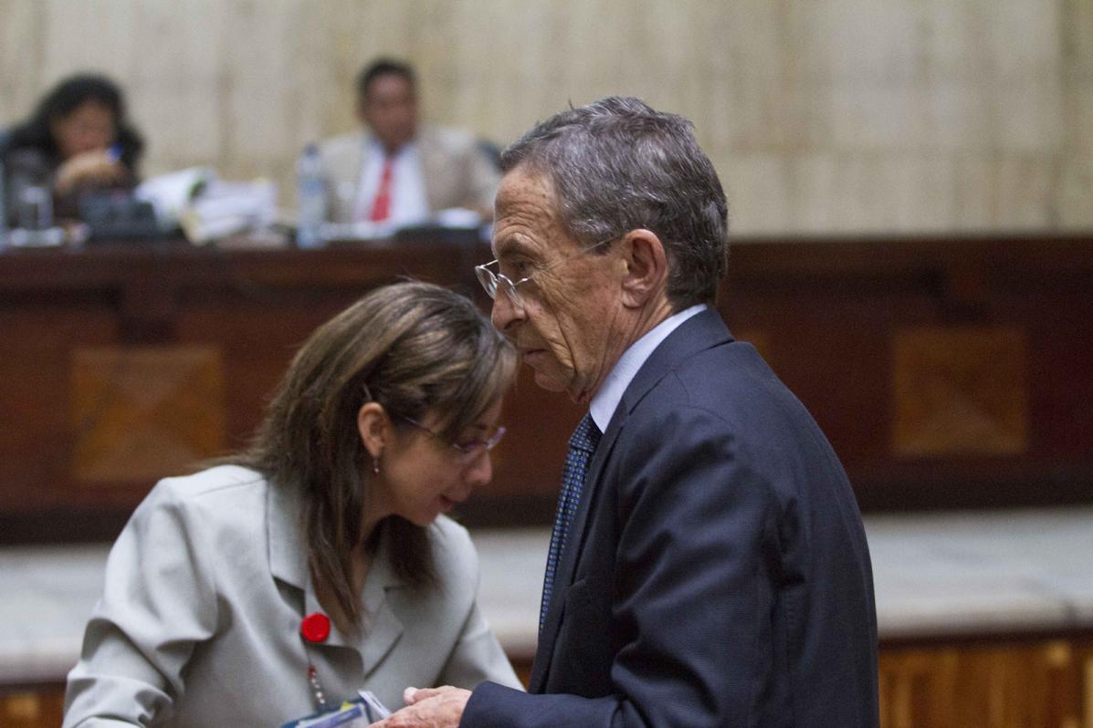Gustavo Porras abandona la sala de vistas. Foto de Luis Echeverría