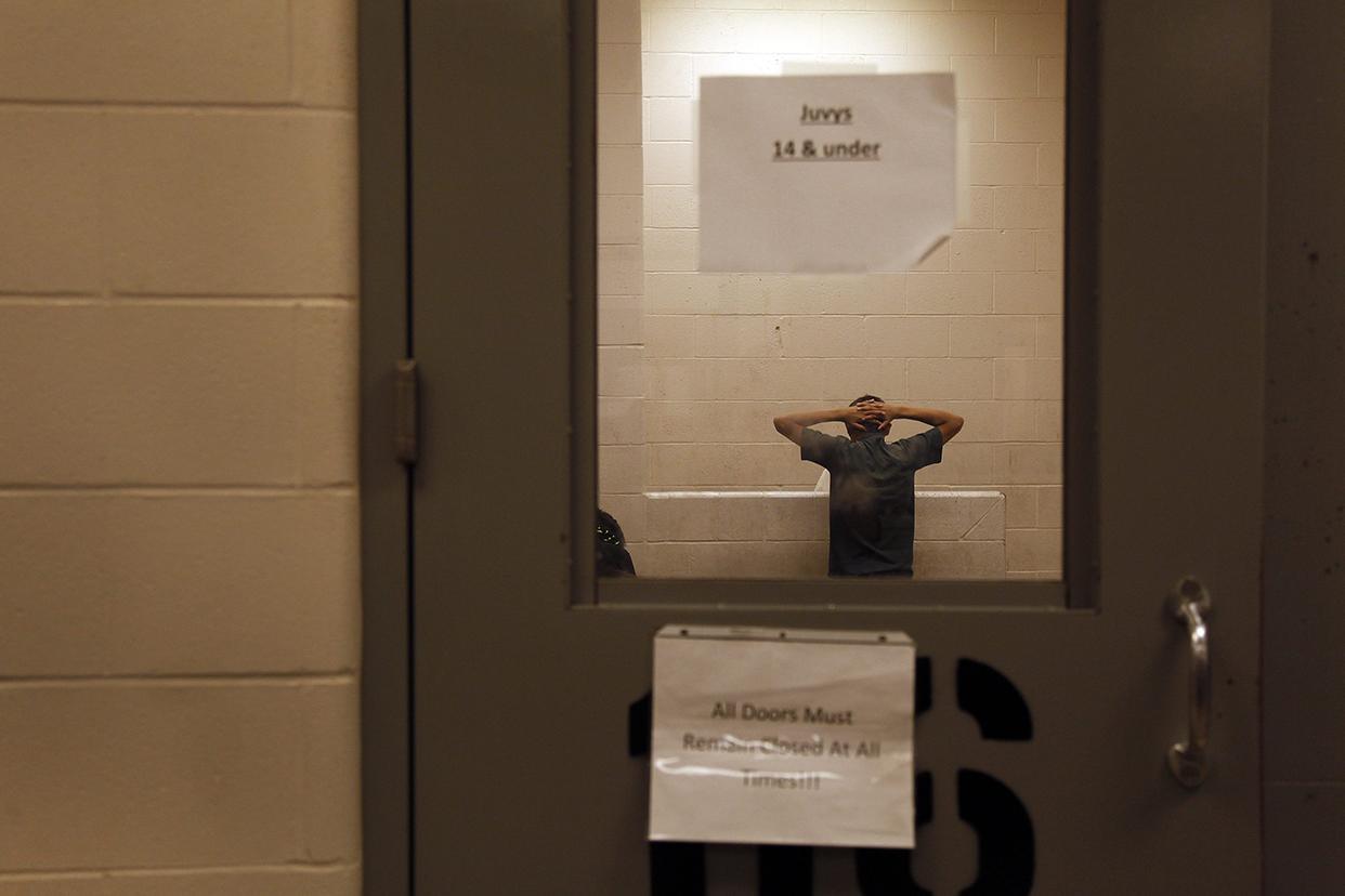 Vista de inmigrantes que han cruzado ilegalmente la frontera, detenidos para ser procesados dentro de una estación de la Patrulla Fronteriza de McAllen, Texas. Cerca de 350 detenidos, entre hombres y mujeres, con edades que van desde niños a adultos, son separados por género y edad. Desde octubre pasado cerca de 57 mil infantes han sido capturados en la región suroccidental de la frontera.
