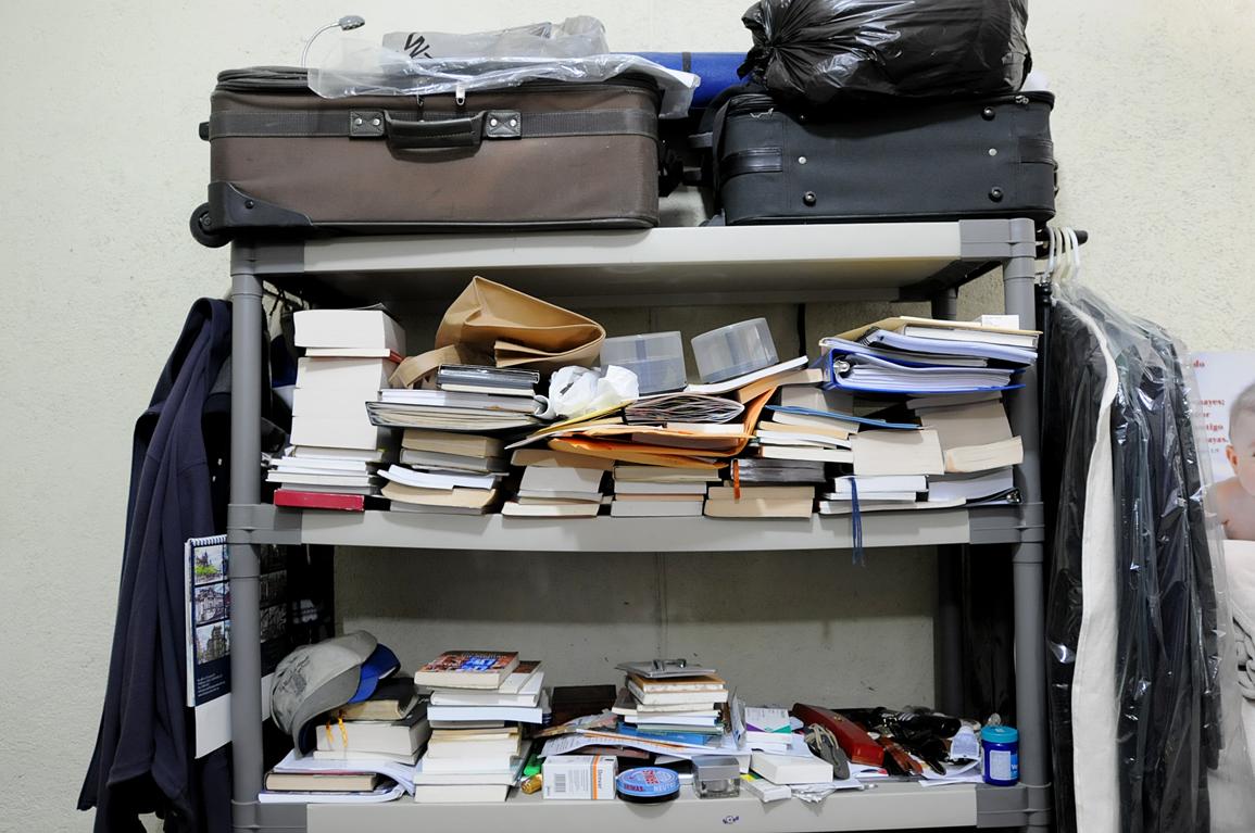 La biblioteca de Portillo sobresale en la celda.