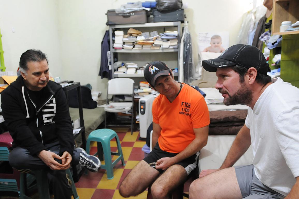 Portillo y Francisco Váldes escuchan al menor de los hermanos.