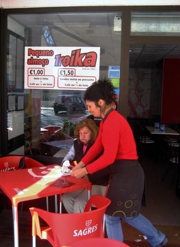 """""""Especiales troika"""", menús a bajo costo para sortear el hundimiento de los ingresos, en un negocio de Lisboa.   Crédito: Katalin Muharay /IPS"""