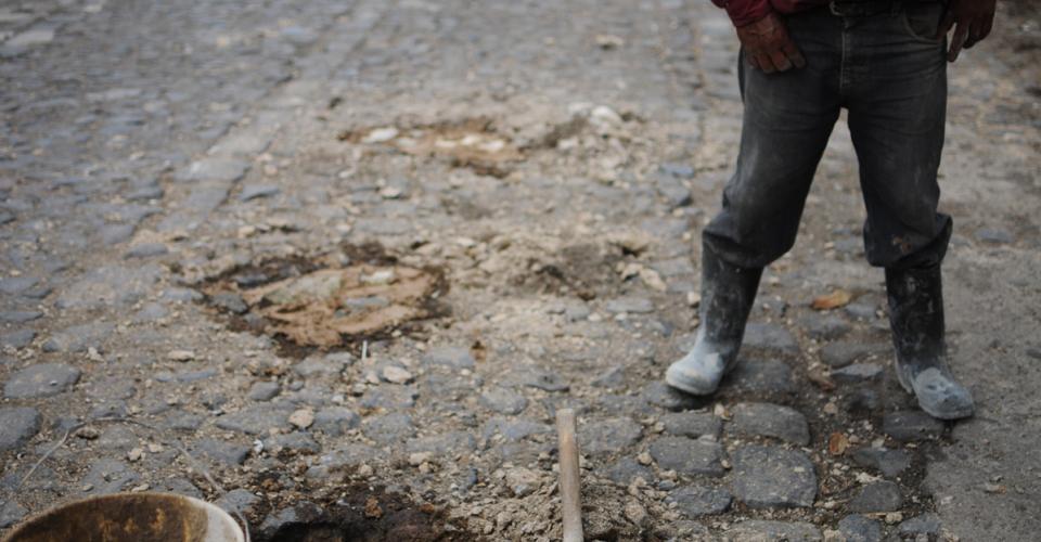 Florencio Hernández trabaja en el empedrado de la carretera. Consiguió un puesto en la Municipalidad, pero antes pasó un tiempo desempleado.