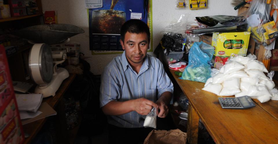 Leonardo Tajtaj es uno más de los guatemaltecos deportados. Es empleado de una tienda del pueblo.