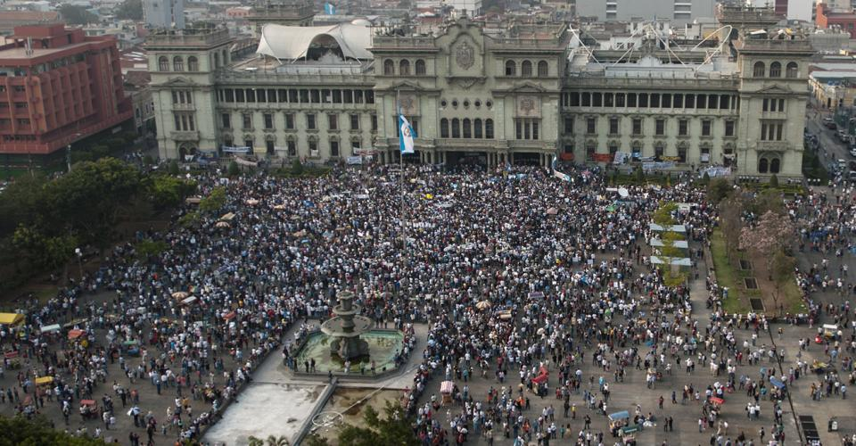 Miles de guatemaltecos pidieron la dimisión del presidente Otto Pérez Molina y la vicepresidenta Roxana Baldetti.
