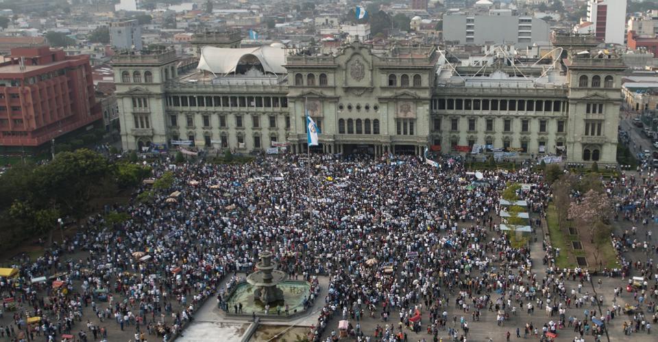 La Plaza de la Constitución fue abarrotada por miles de personas que exigían la renuncia de Baldetti, y mostraban su rechazo a la corrupción.
