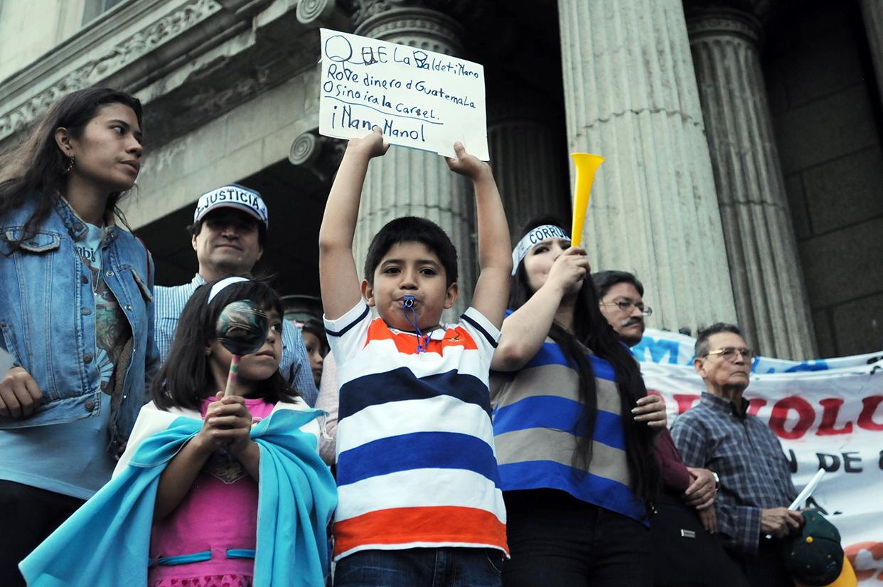Que Baldetti ya no robe dinero de Guatemala, o sino irá a la cárcel, escribió un pequeño en su cartel.