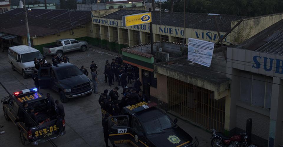 Los refuerzos policiales inician su mañana en la subestación 32-22 del municipio.
