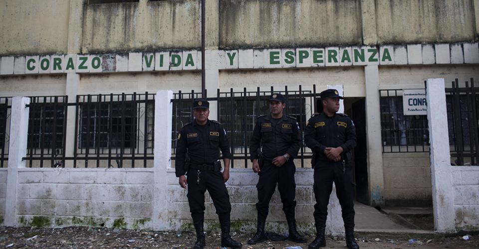 Elementos de la Policía Nacional Civil (PNC) custodian la sede que utiliza la Junta Electoral Municipal de Pueblo Nuevo Viñas, encargada de supervisar los comicios.