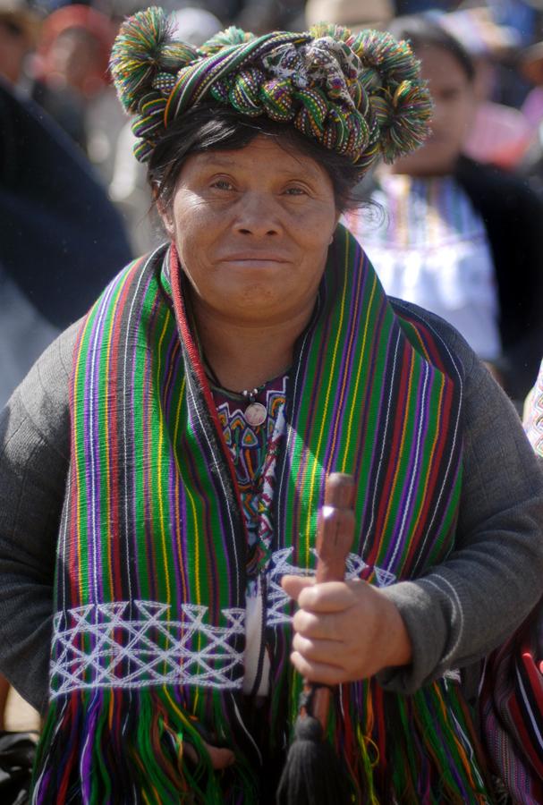Una mujer ixil representa a su comunidad en un evento de pueblos indígenas.