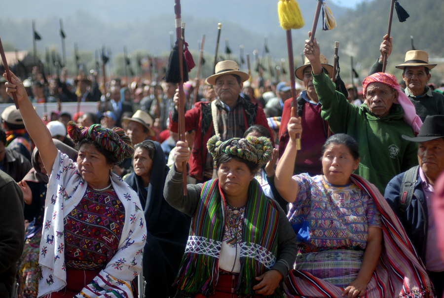 Autoridades indígenas de distintas comunidades alzan sus varas.