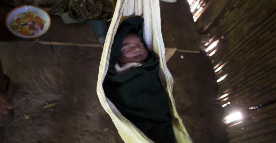 El recién nacido aún no tiene nombre: su presencia remplaza el vacío dejado por la muerte de la hermana.