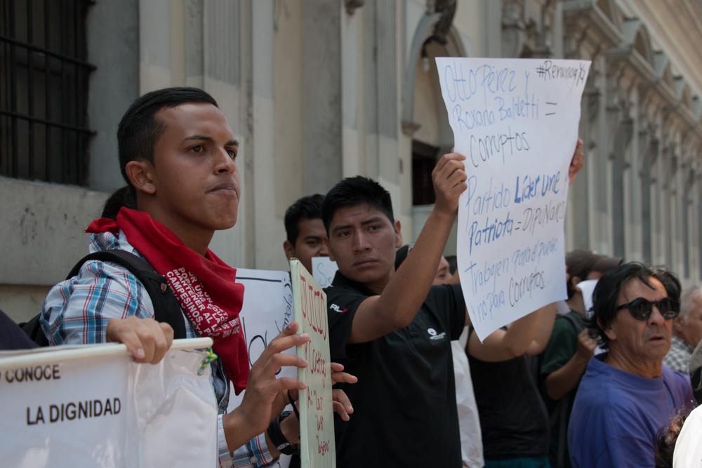 Un grupo de ciudadanos se manifestaron hoy frente al Congreso
