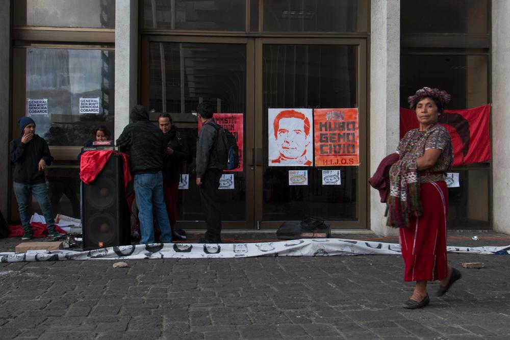 En las afueras de la Torre de Tribunales se manifestaban contra los acusados de genocidio. [Gerardo del Valle]