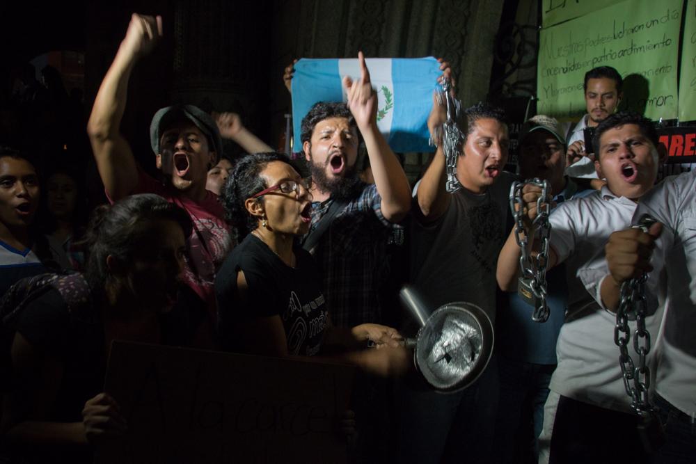 Las personas encadenadas desde hace nueve días en la puerta principal del Palacio Nacional de la Cultura, y que exigían la renuncia de Baldetti, festejaron junto a otros ciudadanos.